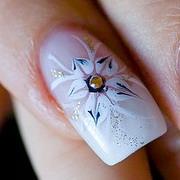 нарисовать цветок на ногтях