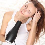 укладывать волосы феном